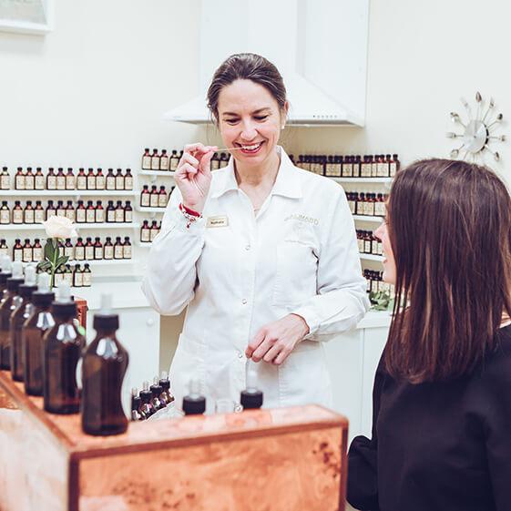 2 femmes souriant créent un parfum à l'orgue - Galimard parfumeur à Grasse