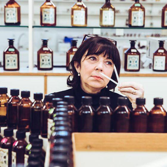 Femme qui crée son parfum au Studio des Fragrances - Galimard parfumeur à Grasse