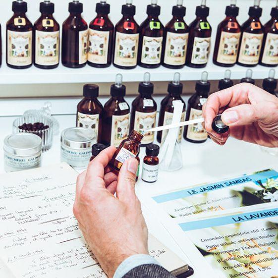 Photographie des mains d'un homme qui sent un échantillon de parfum- Galimard parfumeur à Grasse